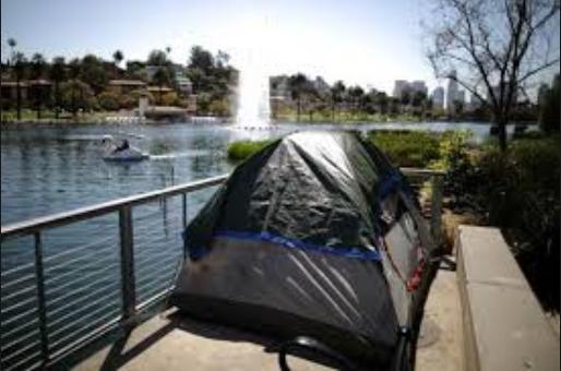 Túp lều của nhóm người vô gia cư dựng bên cạnh bờ hồ Echo Park, Los Angeles (Mỹ)